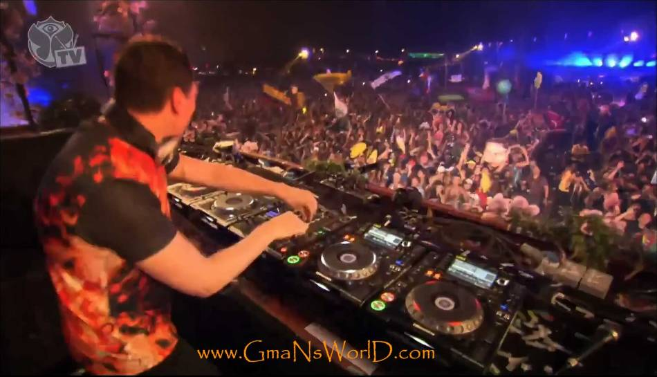 Live TomorrowWorld---Tiesto---Showing-Whos-Boss-2